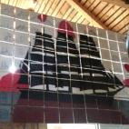 Omhängning av verk på Pellas skeppargårdsmuseum